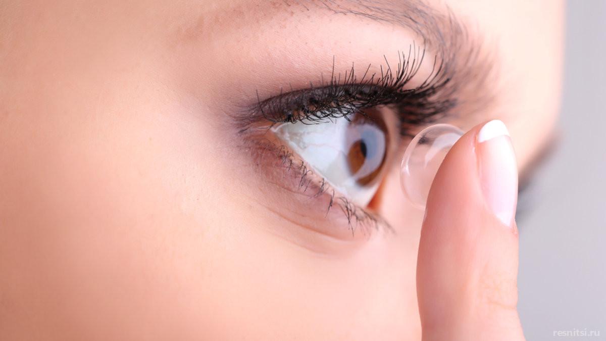 Можно ли носить контактные линзы с наращёнными ресницами?